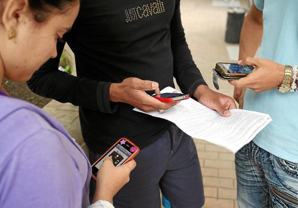 Auch das ständige Kontrollieren des Partners per Mobiltelefon kann eine Form von Gewalt sein.