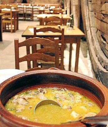 Einer der Klassiker der mallorquinischen Küche und Gastronomie im Winter: Arroz Brut.