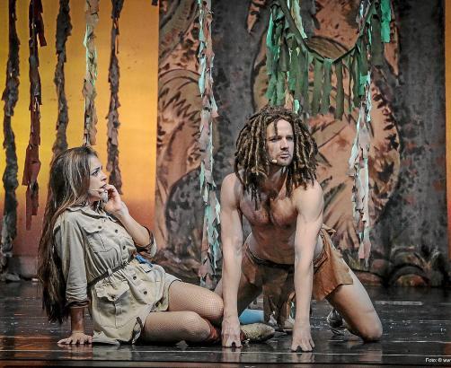 """Der """"wilde"""" Tarzan verliebt sich in Jane, die Tochter eines Forschers."""
