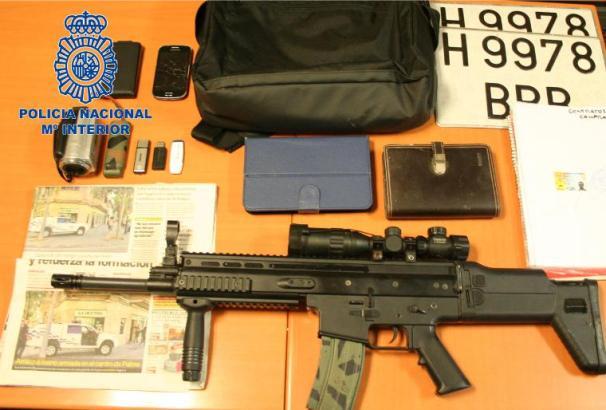 Die Polizei stellte Waffen und Gerätschaften sicher.