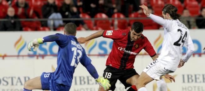 """Mallorcas Adolfo """"Fofo"""" Enríquez (r.) im Kampf um den Ball."""