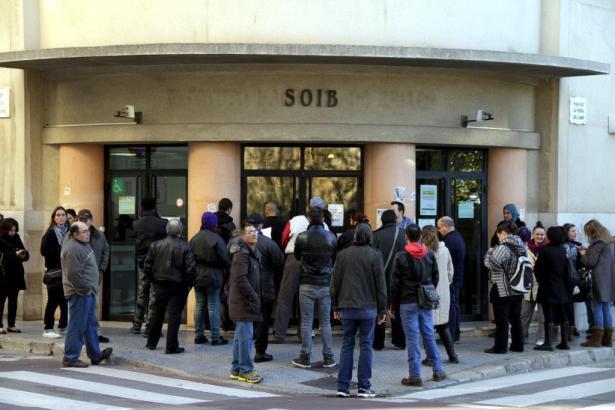 Menschen im Januar vor dem Arbeitsamt in Palma de Mallorca.