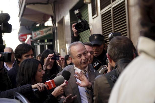 Wo Richter José Castro auftaucht, wird er von den Medien umringt.