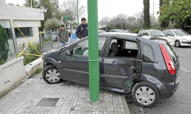 Auto und Mauer stark beschädigt, Fahrer unverletzt.