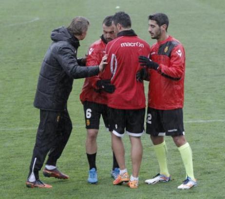Trainer Waleri Karpin (l.) mit Bustos, Xisco und Pau Cendrós bei einer Trainingseinheit.