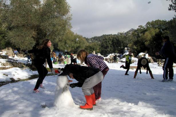 Schneefreuden am Kloster Lluc, das Ganze bei strahlendem Sonnenschein: Mallorca war am Wochenende ein Winterparadies.
