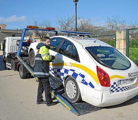 """Die Polizei brauchte selbst einen """"Freund und Helfer"""", in diesem Fall den Abschleppwagen."""
