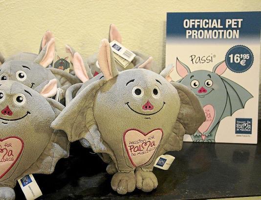 """Stofftier """"Passi"""" kommt jetzt in den Verkauf. Die Stadtverwaltung sagt jedoch: Das ist kein offizielles Palma-Maskottchen, sonde"""