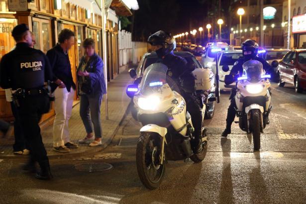 Das Archivfoto zeigt Beamte der Lokalpolizei während eines Einsatzes an der Playa de Palma.