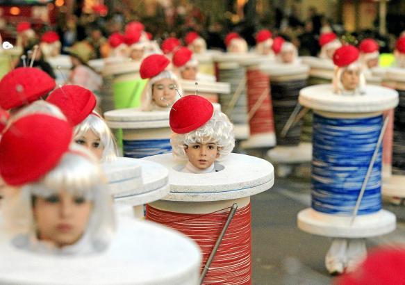 Jedes Jahr defilieren auf Mallorca Hunderte von Teilnehmern in Kostümen. Die Zuschauerzahl geht in die Zigtausende. Foto: UH