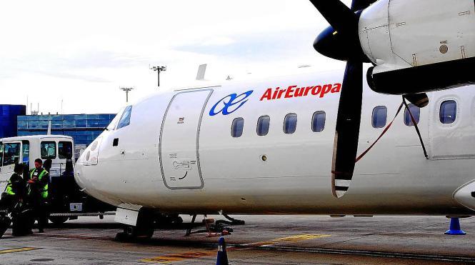 Eine Air-Europa-Maschine auf Menorca. Die Airline gehört zum Globalia-Konzern mit Zentralsitz in Llucmajor auf Mallorca.