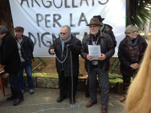 Priester Jaume Santandreu kettet sich medienwirksam an, um eine Räumung der von von seinem Sozialwerk genutzten Finca zu verhind