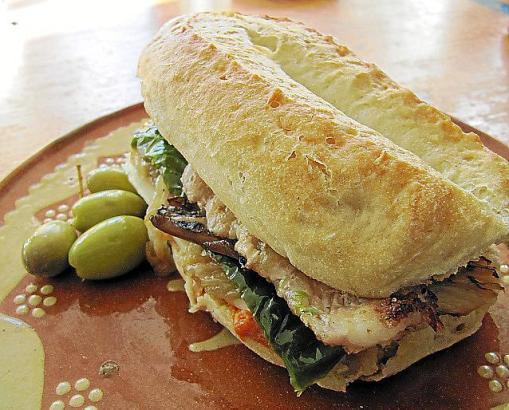 Appetitlich: Ein typisches Llonguet mit Belag.
