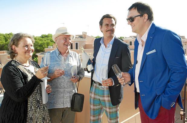 Lorenz Brahmkamp (Charly Hübner, r.) und Alexander Schönleben (Michael Maertens, 2. v. r.) machen in Mallorca-Immobilien.