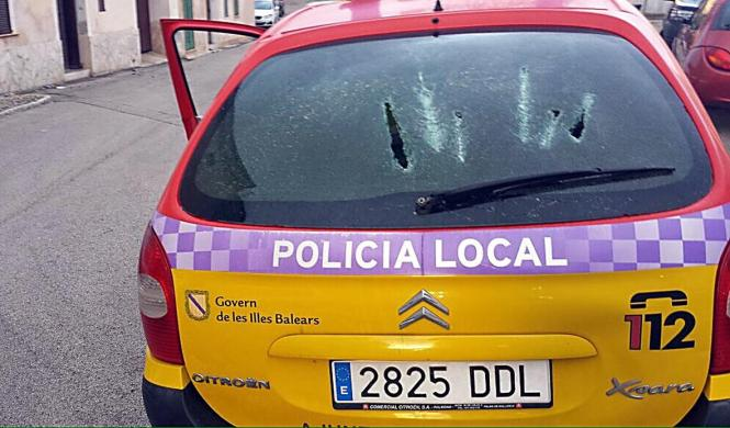 Die Heckscheibe des Polizeiwagens zerstörte der Angreifer.