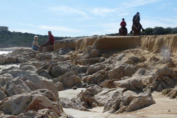 Kaum Sand, nur Felsen: Ungewohntes Bild am bleibten Badestrand Cala Agulla (Cala Rajada).