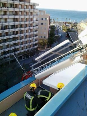 Feuerwehrmänner im Einsatz auf dem Dach des Baudezernants von Palma.