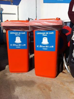 Die Mülltonnen für die Kaffeekapseln aus Aluminium und Plastik.