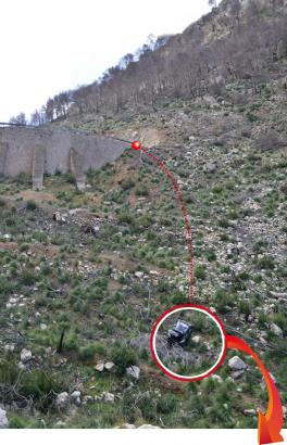 Unten im Kreis das Unfallauto, oben die Stelle, an der es die Begrenzung durchbrach.