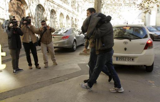 Das Archivfoto vom Januar zeigt, wie Polizeibeamte einen festgenommenen Kollegen zur Vernehmung führen.