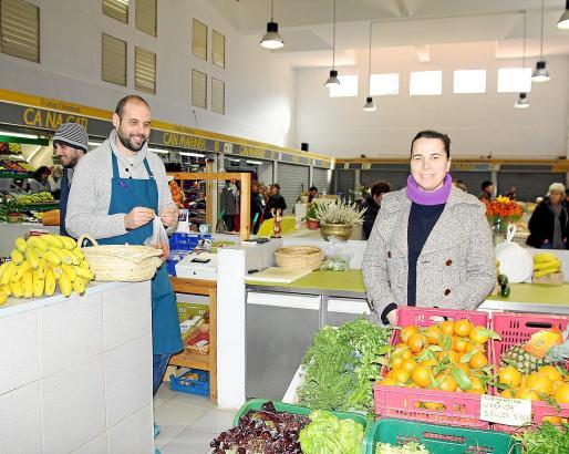 Eva Llorente und Xisco Martínez (links) haben vor allem Obst und Gemüse im Angebot.