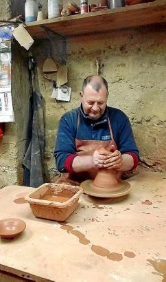 Pep Serra Amengual stellt in seiner Töpferei Roca Llisa 26 in Pòrtol bis zu 400 Stück Tonware am Tag her.