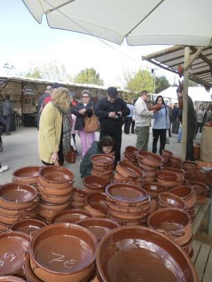 Bei der Fira del Fang auf Mallorca kann man von der Gebrauchskeramik bis zum reinen Deko-Objekt alles mögliche finden. Foto: UH