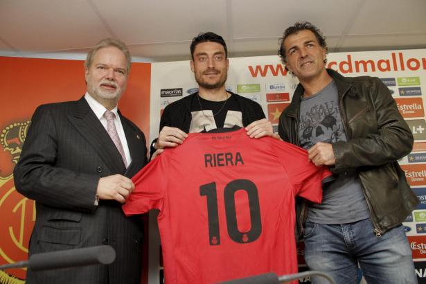 Bei seiner Präsentation: Albert Riera mit Real-Mallorca-Boss Utz Claassen (l.) und Sportdirektor Miquel Àngel Nadal.