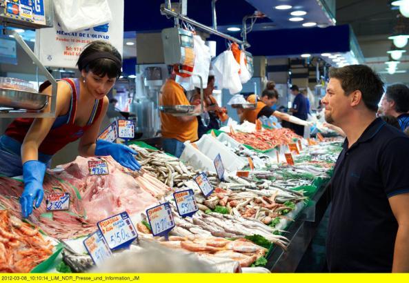 Beim Einkaufen die Augen auf: Tim Mälzer im Olivar-Markt in Palma de Mallorca.