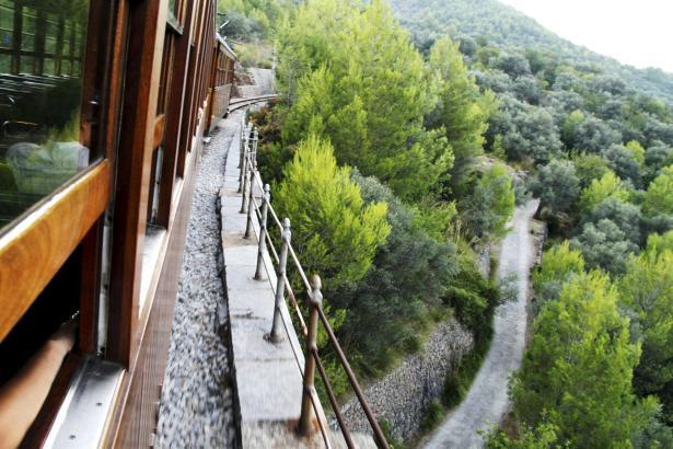 Der Sóller-Zug durchquert auf seiner Fahrt das Tramuntana-Gebirge.