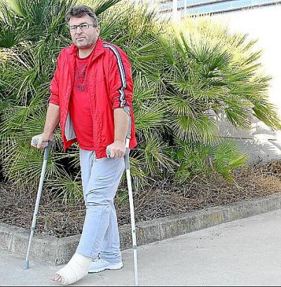 Frank Rumpp mit gebrochenem Sprunggelenk am Mittwochmorgen in Palma.