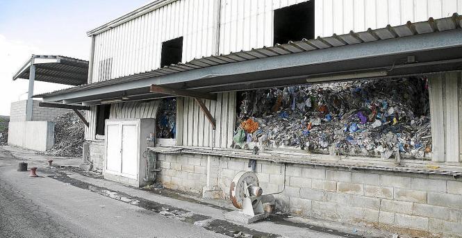 Die provisorische Müllkippe auf Menorca droht überzuquellen.