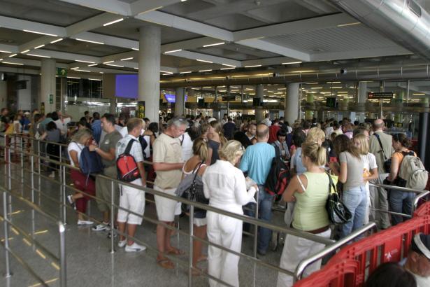 In den Sommermonaten bilden sich vor den Sicherheitsschleusen am Flughafen von Palma lange Wartenschlangen.