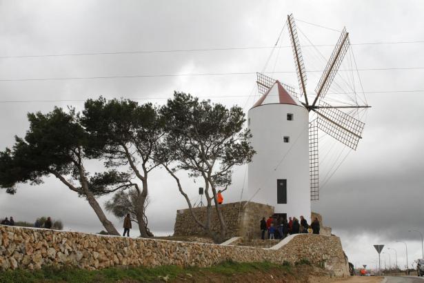 Die Windmühle befindet sich am Camí Vell von Castell auf Menorca.
