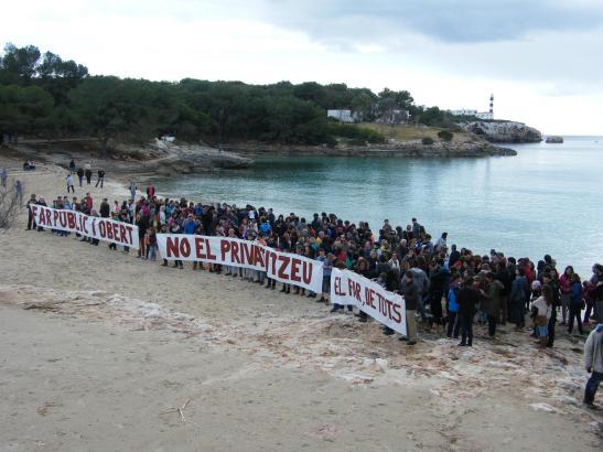 Mit Protestplakaten zog die Kundgebung am Sonntag zum Leuchtturm von Portocolom.