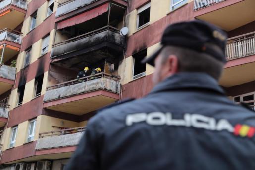 Rußgeschwärzte Balkone künden von dem Brand in dem Mehrfamilienhaus.