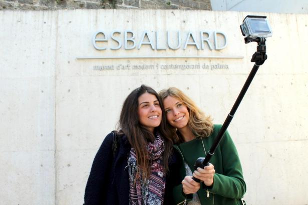 Selfie-Fotos per mechanischer Armverlängerung sind nur außerhalb des Es-Baluard-Museums erlaubt.