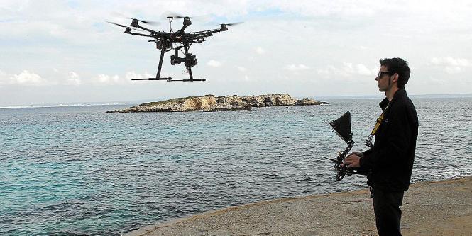Wer eine Drohne steuern will, braucht seit 2014 einen Flugschein.