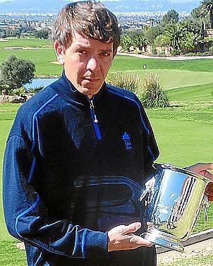 """Sehr stolz auf das Erreichte: Andreas Pamer mit der Trophäe, die von """"World of Leading Golf"""" kam."""