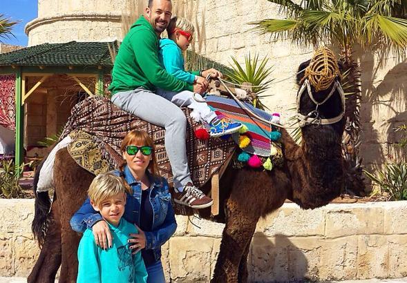 Eva und Rubén aus Calvià mit ihren beiden Söhnen in Tunesien.