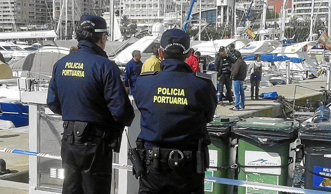 Beamte der Polizei am Fundort der Leiche im Hafen von Palma.