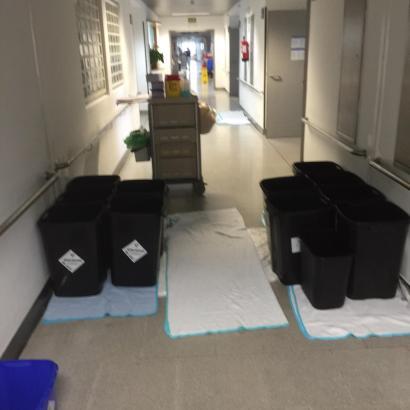 Mit Eimern und Decken versuchte das Krankenhauspersonal die Regenfluten aufzuhalten.