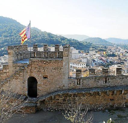 Das Ortsbild von Capdepera wird von der Burg dominiert.