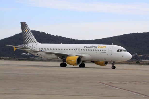 Eine Maschine der spanischen Billigfluggesellschaft Vueling auf dem Airport von Ibiza.