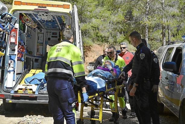 Rettungskräfte konnten die verletzte Sportlerin bergen.