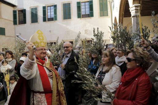 Bischof Javier Salinas (l.) beim Segnen der Olivenbaumzweige.