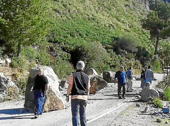Techniker und Arbeiter inspizierten den Ort des Geschehens.