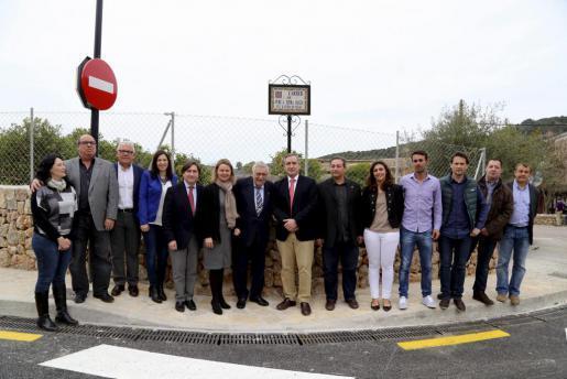 Der Namensgeber der Straße, Pere A. Serra (7.v.l.), wird flankiert von Mallorcas Inselratspräsidentin María Salom und Sóllers Bü