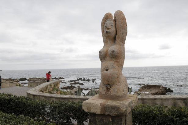 Eine der elf nackten Grazien an der Küstenpromenade von Cala Rajada.
