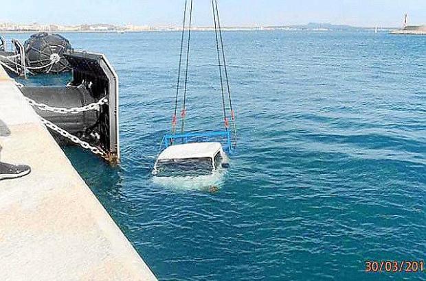 Der Transporter einer Privatfirma musste anschließend mit einem Kran aus dem Wasser geborgen werden.